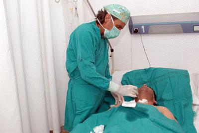 El enfermero consultor de heridas curando a un paciente
