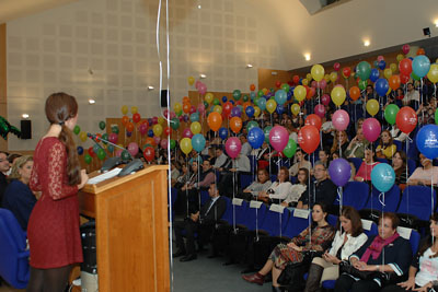 El saón de actos decorado con globos