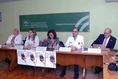 Mª Isabel Baena, en el centro, junto a la gerente del hospital y dermatólogos