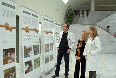 La gerente del hospital, una responsable de Farmamundi en Córdoba y un responsable de Farmacia del Hospital visitan la exposición