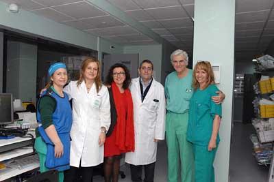 La delegada de Igualdad, Salud y Políticas Sociales (centro) visitó la nueva sala junto a responsables sanitarios