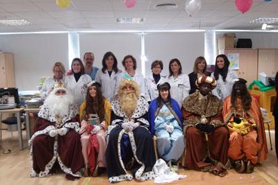 Los Reyes Magos, sus pajes y profesionales del hospital visitan a los niños ingresados