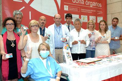 La paciente trasplantada, en primer plano, junto a responsables sanitarios y el artista invitado hoy, Pansequito