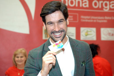El cantante muestra su nueva tarjeta que le acredita como donante