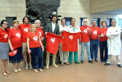 Lombo arropado por sanitarios y miembros de la Asociación de trasplantados de pulmón 'A pleno pulmón'