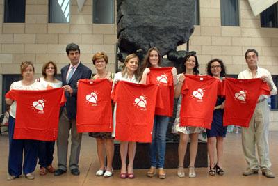 Argentina y responsables sanitarios, en el monumento al donante con la camiseta de la donación