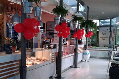 El Mercado Victoria se decora esta semana con globos rojos