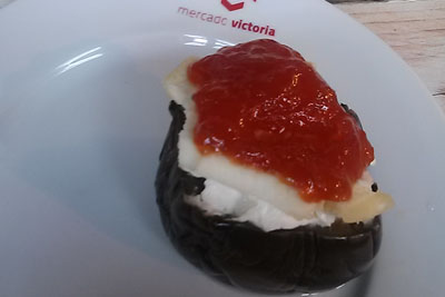 Todo corazón (berenjena caramelizada con queso y mermelada de tomate)