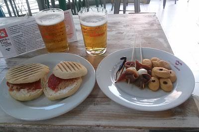 Manolitos de pimiento del piquillo y pinchos de atún rojo con queso fresco