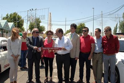 Muestran el adhesivo de apoyo a la donación que llevan los taxis de Córdoba