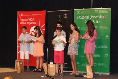 Los estudiantes premiados leen sus poemas