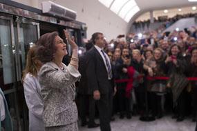 Su Majestad saluda a los profesionales del hospital