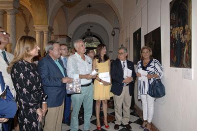 El comisario de la exposición, en el centro, explica la relación entre las obras de arte y la medicina