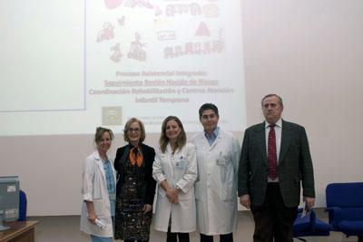 La directora gerente del hospital, en el centro, junto a organizadores y ponentes de la jornada