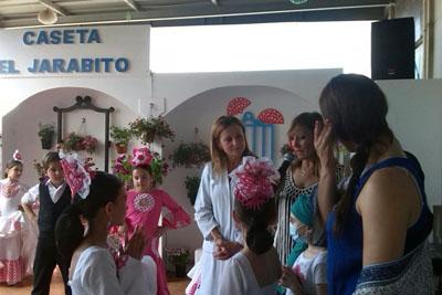 Marina Álvarez y Ana Calvo con niños de una de las academias de baile