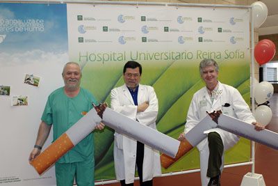 Médicos del hospital animan a dejar de fumar