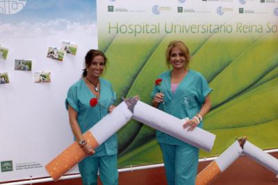 Personal de enfermería con claveles y cigarrillo roto