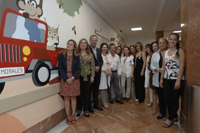 Responsables y voluntarios junto a las mascotas que decoran la USMIJ del hospital