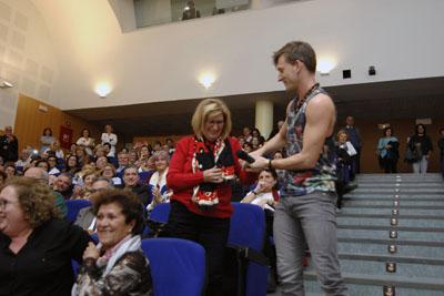 Uno de los actores invita a Dolores Fernández, auxiliar de enfermería, a subir al escenario