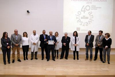 Emilio Salmoral, junto a los equipos de dirección y el Presidente de la Asociación de Mayores, recoge su diploma en representación de los facultativos del Distrito Córdoba y Guadalquivir