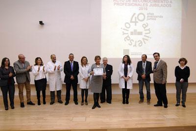 Ángela Ordoñez, rodeada de los equipos de dirección y el Presidente de la Asociación de Mayores, recoge su diploma en representación del personal de Gestión y Servicios del hospital