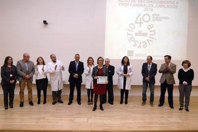 Francisca Alarcón, acompañada por los equipos de dirección y el Presidente de la Asociación de Mayores, recoge su diploma en representación del personal de enfermeria del hospital