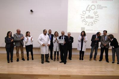 Francisco Dios Torronteras, posa con los equipos de dirección y el Presidente de la Asociación de Mayores, y recoge su diploma en representación del personal facultativo del hospital
