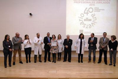 Inés Huertos, junto a los equipos de dirección y el Presidente de la Asociación de Mayores, recoge su diploma en representación del personal de Gestión y Servicios del Distrito CyG