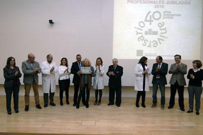 Assumpta Costa, junto a los equipos de dirección y el Presidente de la Asociación de Mayores, recoge su diploma en representación del personal de enfermería del Distrito Córdoba y Guadalquivir