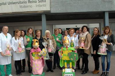 Profesionales del hospital y de la AECC muestran los príncipes y princesas que han recibido los niños ingresados