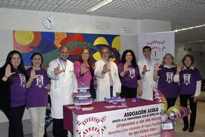 Mª Ángeles Luna con responsables sanitarios, reumatólogos y miembros de ACOLU forman con sus manos la L de lupus