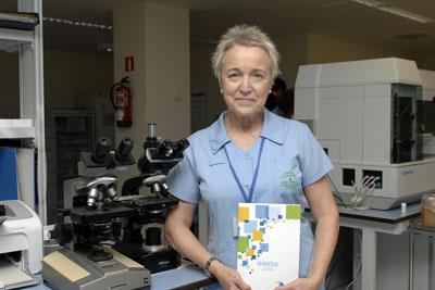 La enfermera Paz Bayón, en el laboratorio, muestra la guía en la que ha participado