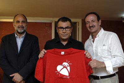 Jorge Javier Vázquez con la camiseta de donante y acompañado por profesionales del hospital