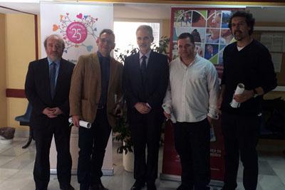 El equipo de profesionales de comunicación de ABC que han recibido el premio de la mano del Consejero de Salud, Aquilino Alonso, y el Gerente del SAS, José Manuel Aranda