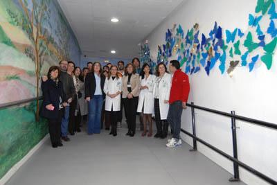 El pasillo de Oncología Radioterápica decorado con los paneles de mariposas en vuelo