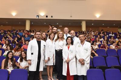 En la imagen, la delegada de Igualdad, Salud y Políticas Sociales, María Ángeles Luna, la gerente del hospital Universitario Reina Sofía, Valle García, junto con profesionales de la UCO y del hospital dan la bienvenida a los nuevos estudiantes de Medicina, Enfermería y Fisioterapia