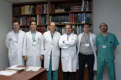 Los doctores Briceño y Rufian junto a otros cirujanos de la Unidad de Cirugía Oncológica Peritoneal