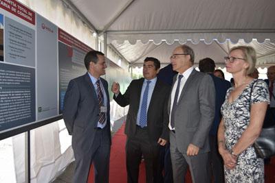Joaquín Gavilán le explica al cónsul de Francia en Sevilla del nuevo modelo energetico
