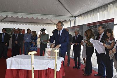 Horacio Pijuán introduce uno de los elementos que componen la primera piedra de la central