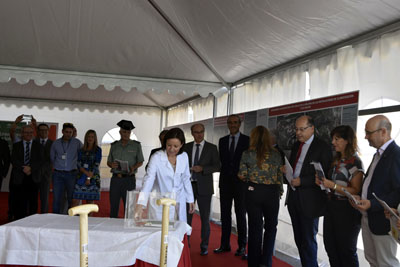 Valle García introduce en la urna un pendrive representativo de los medios de comunicación digitales