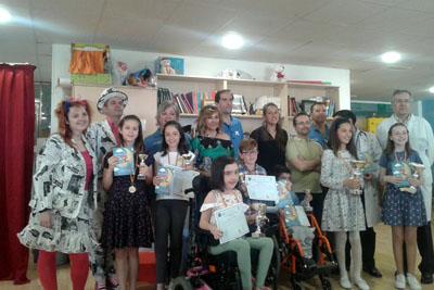 El director de la UGC Pediatría, Juan Luis Pérez Navero, la responsable de la Unidad de Actividades Motivacionales, Ana Calvo, junto a los ganadores y voluntarios que participaron en la celebración del Día del Libro en el Hospital