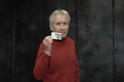 José Sacristan muestra su carné de donante de órganos