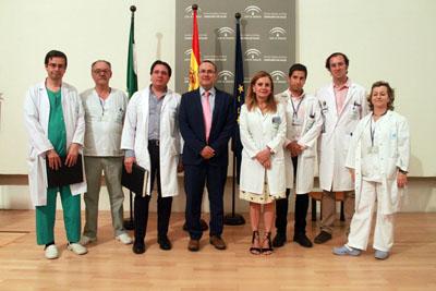 En la imagen, el Presidente de la Sociedad Andaluza de Neurología, Félix Viñuela, la gerente del Hospital Reina Sofía, Marina Álvarez, y profesionales y responsables del Hospital que participan directamente en el abordaje del Ictus Agudo
