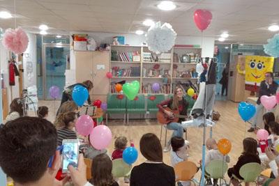 Conchita actuando en la ciber@ula del Hospital Reina Sofía