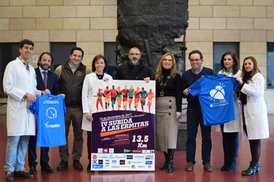 En la imagen, autoridades, organizadores y profesionales presentan el cartel de la IV edición de la 'Subida a las ermitas por la donación de órganos'