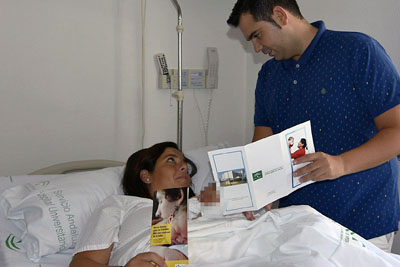 En la imagen, padre y madre de un recién nacido se informan de los pasos para registrar a su hijo en el hospital