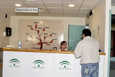 Responsable de la sala de espera de urgencias atendiendo a un usuario