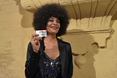 La Negra posa con el carné de donante de órganos