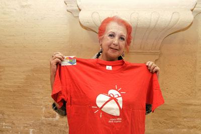 Rosa María Calaf posa con el carné de donante y la camiseta roja de la donación de órganos