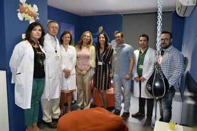 En la imagen, la delegada de Salud, equipo directivo y miembros de Juegaterapia visitan el Salón de Héroes